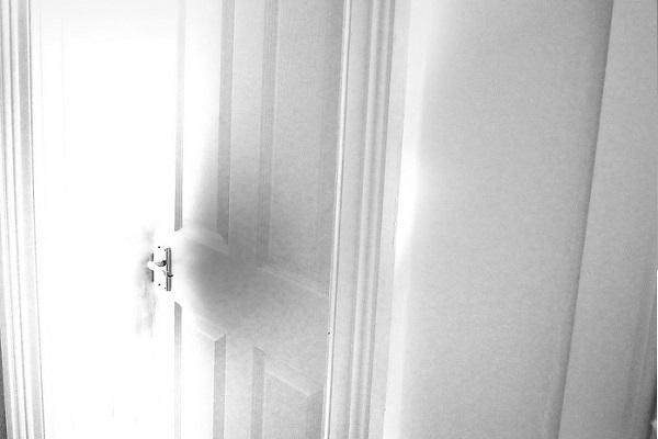 狭い北側玄関を広く明るくする方法